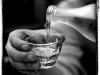 Uống rượu nhiều có nguy hại gì tới mắt?
